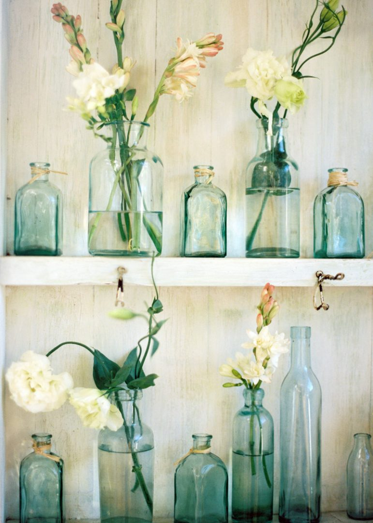 Imagenes De Baño Vintage:Glass Bottles with Flowers