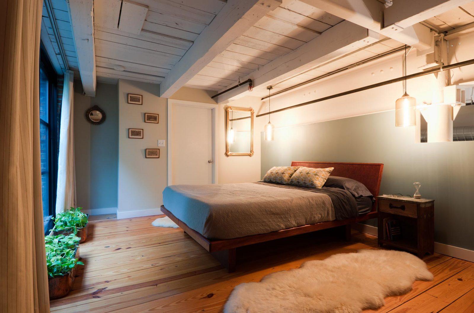 Dormitorio con techos de madera im genes y fotos for Ideas para techos de madera